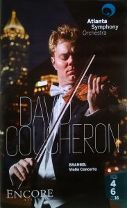 katalogforside med bilde av David Courcheron spiller violin.