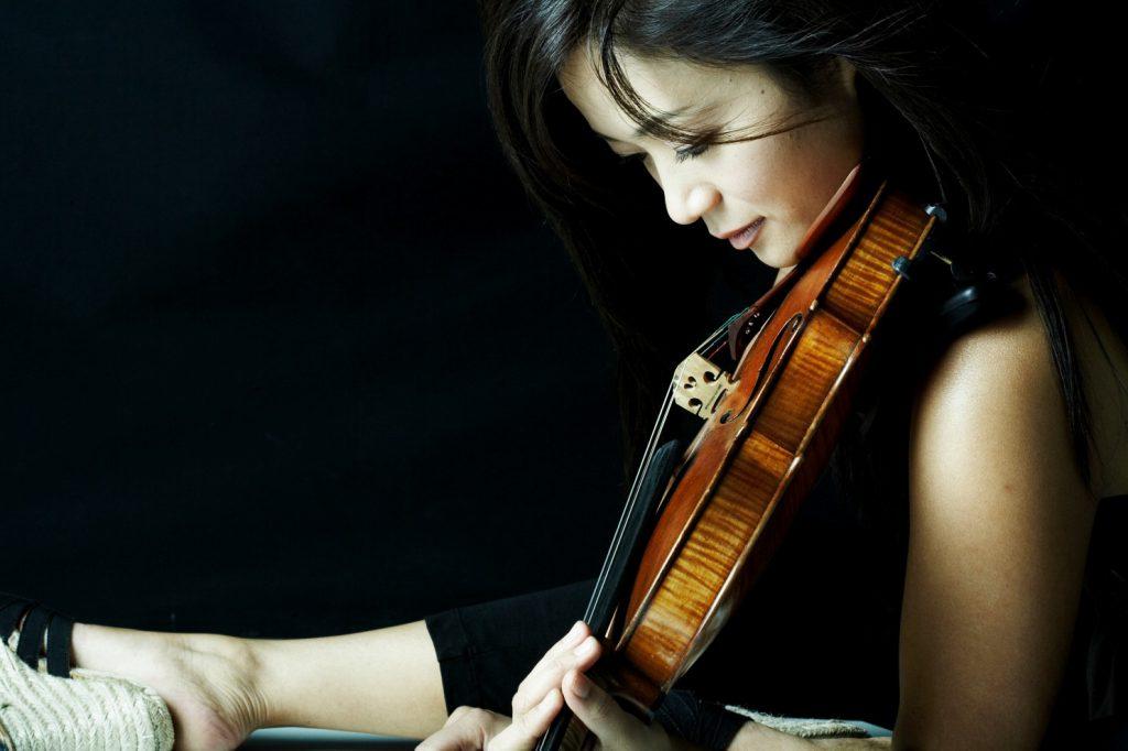 Chee-Yun sitting and play Violin. (Youngho Kang)