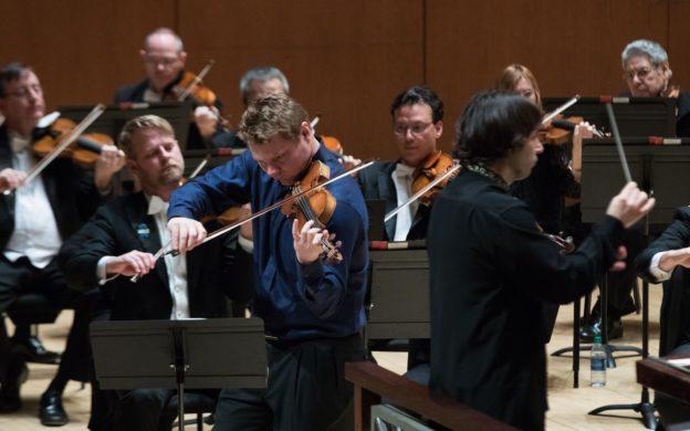 David Coucheron spiller soloer i fiolinkonserten av Julius Conus.