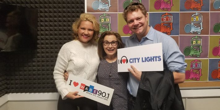 "Julie og David Courcheron med Lois Reitzes holder plakater med teksten ""City Lights"""